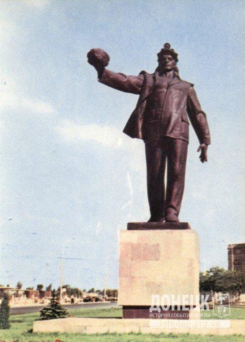 Скульптура шахтера на центральной магистрали города. Фото Г угриновича