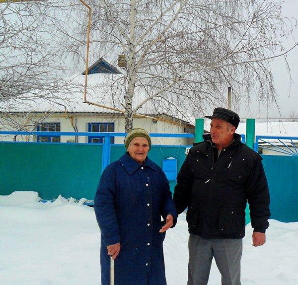 Лидия Алексеевна ДЯДИЧКИНА с сыном Владимиром у дома №10, который был первым на улице Сосновского