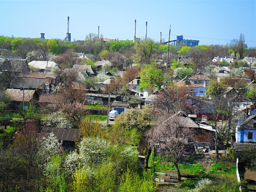 Поселок Победа на фоне неработающего завода