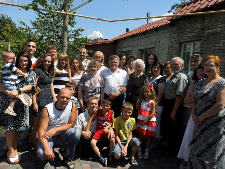 Родственники Джона ПИНТЕРА возле дома на ул. Якуба Коласа