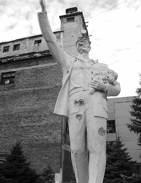 Копия шахтера на Абакумова установлена во внутреннем дворе шахты «Трудовской» в Петровском районе Донецка