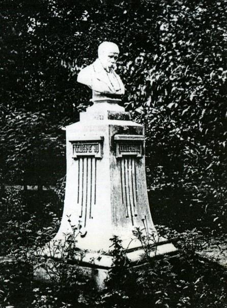 Памятник Шевченко из белого мрамора в усадьбе Алчевских