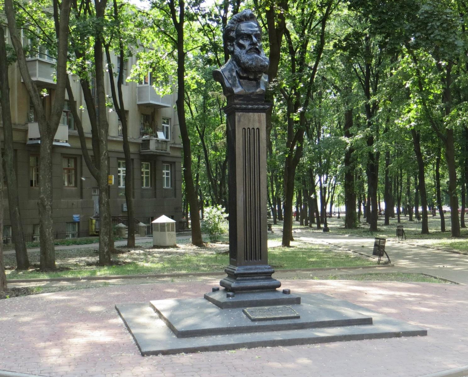 Памятник Алексею Алчевскому. По замыслу скульптора Стрельникова, Алчевский, монумент которому стоит на углу улиц Мироносицкой и Совнаркомовской, как бы смотрит на свою бывшую усадьбу, находящуюся в 20 метрах от него