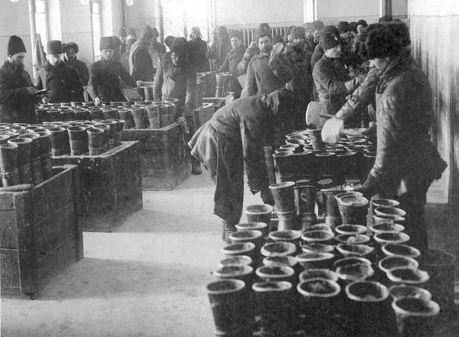 Заливка корпусов снарядов тротилом в снаряжательной мастерской, 1915 год