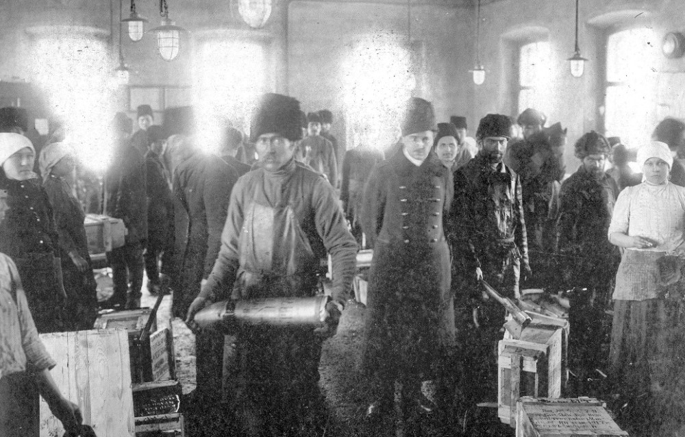 Распаковка ящиков со снарядными корпусами в саряжательной мастерской, 1915 год