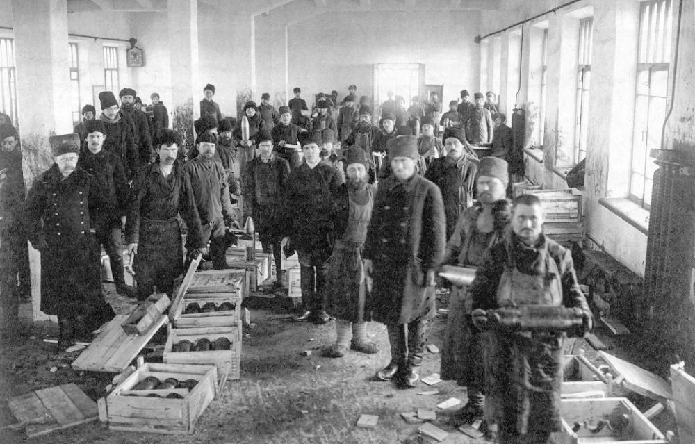 Упаковка снарядов в снаряжательной мастерской, 1915 год