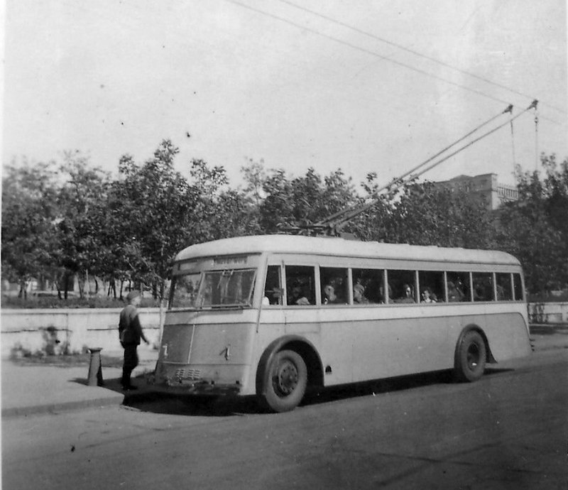 Остановка троллейбуса в Сталино (Юзовке). 1942-43 гг.