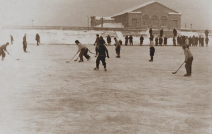 Дети играют в хоккей на стадионе Металлург, 1964 год