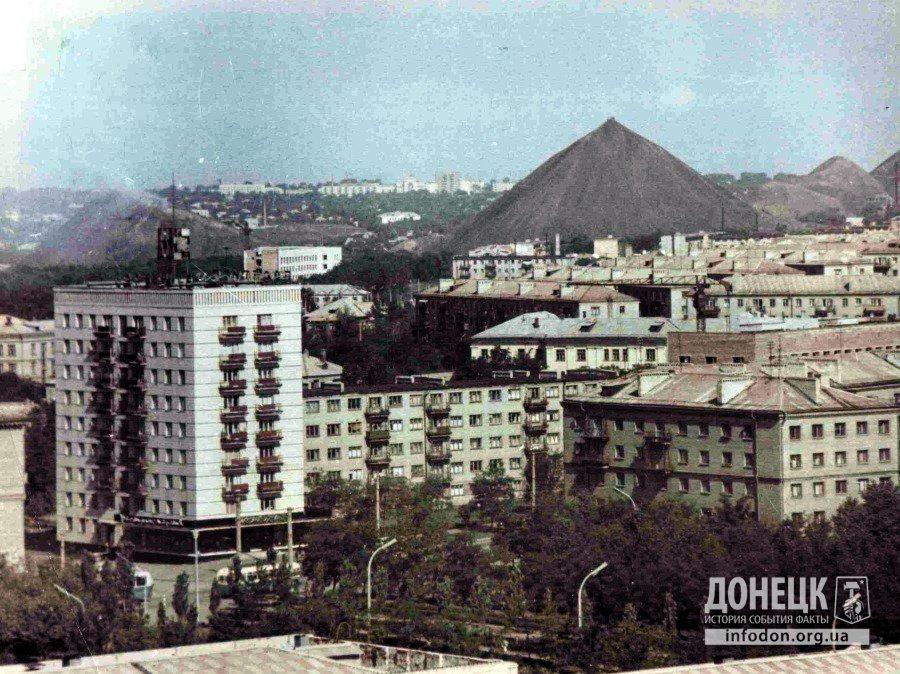 Вид на магазин «Изумруд» (пересечение ул. Университетской и пр. Мира). Донецк, конец 1960-х
