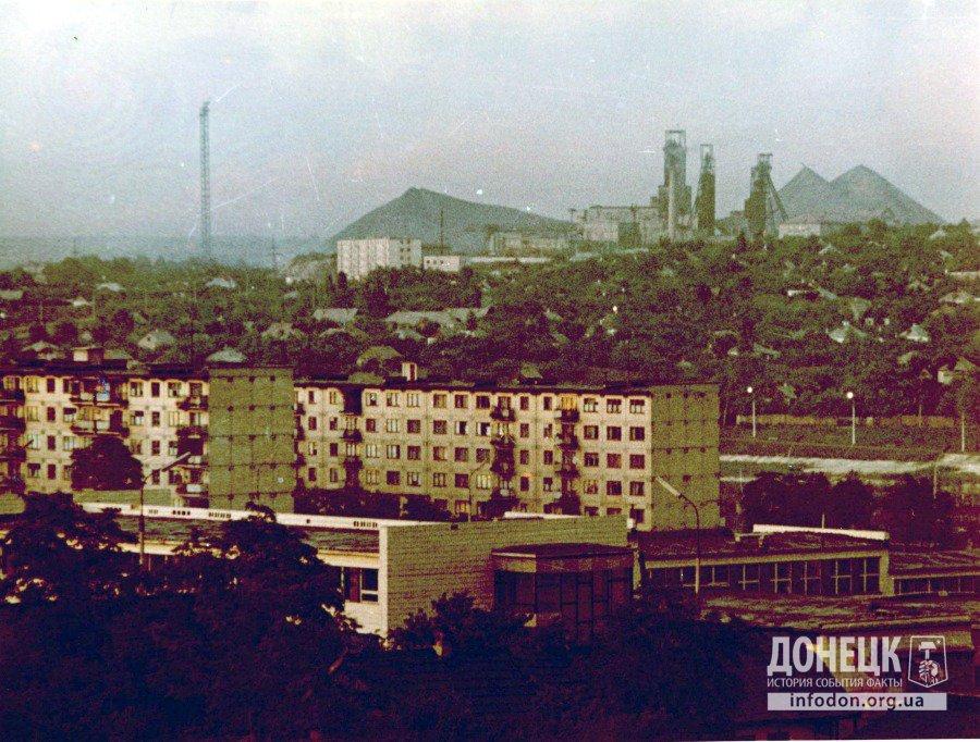 Жилые массивы и шахты. На переднем плане школа №5. Вид из окна автора фото. Донецк, конец 1960-х