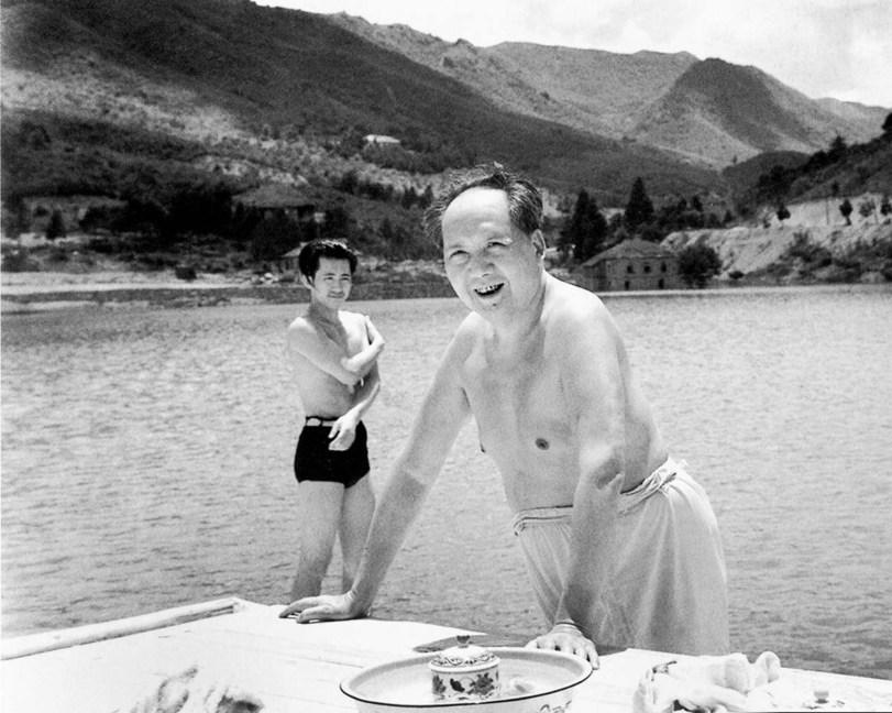 Мао Цзэдун купается в реке Янцзы. Китай, 1966 год