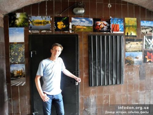 Андрей Парахин на фоне выставки, Донецк, 2013
