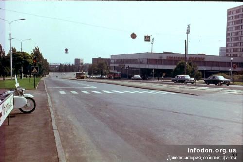Улица Челюскинцев и гостиница Шахтер. Слева виден млициейский мотоцикл и указатель в сторону Эксподонбасса