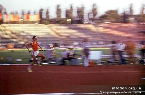 Прыжки с шестом. Спортсмен разбегается перед прыжком