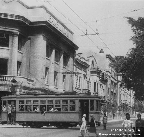 21. На фото 1944г. слева здание банка, за ним здание с эркером – Артема,40. Снесено в связи с реконструкцией и расширением банка