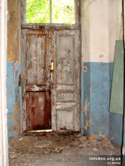 Двери, которые присутствуют в изобилии со всех сторон здания