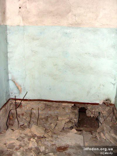 Кое где разбиты бетонные полы. Возможно, кто-то что-то искал или хотел поживиться арматурой