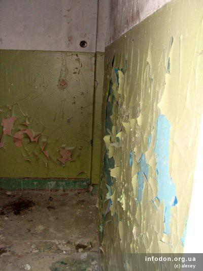 Краска отслаивается со стен, обнажая все предыдущие слои в их цветовом многообразии