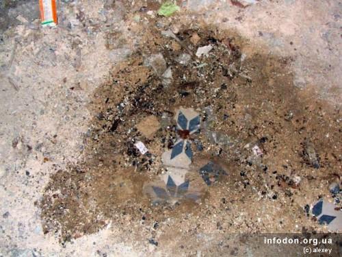 На полу, под горами строительного мусора, хорошо сохранилась плитка