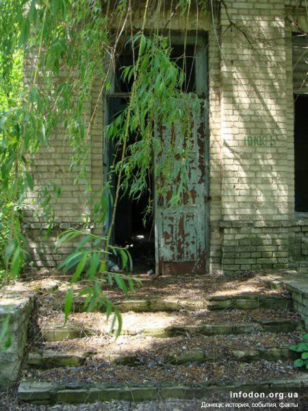 Очередной вход в здание больницы. На стене сохранился инвентарный номер. Интересно, а дома тоже списывают