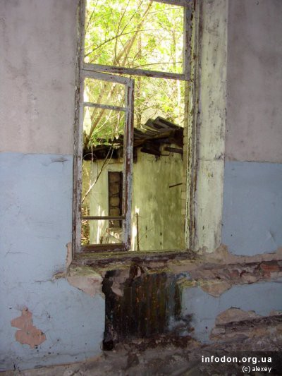 Во внутреннем дворике виднеются хозпостройки. Состояние их еще хуже, чем основного здания
