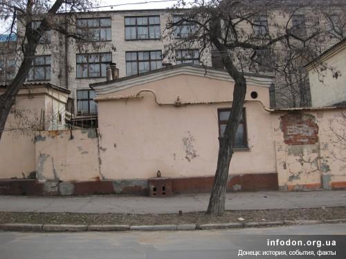 Фото проходной швейной фабрики на 3-й линии (ул.Красноармейская) где располагался родительский дом З. Арана